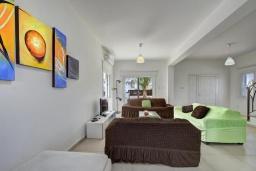 Гостиная. Кипр, Нисси Бич : Прекрасная вилла с 4-мя спальнями, с бассейном, патио и барбекю, расположена недалеко от пляжа Nissi Beach