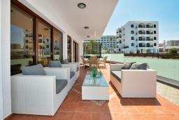 Терраса. Кипр, Санрайз Протарас : Потрясающая вилла с видом на Средиземное море, с 5-ю спальнями, джакузи, сауной, патио и барбекю, расположена около пляжа Fig Tree Bay