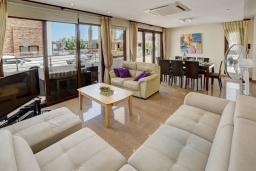 Гостиная. Кипр, Санрайз Протарас : Потрясающая вилла с видом на Средиземное море, с 5-ю спальнями, джакузи, сауной, патио и барбекю, расположена около пляжа Fig Tree Bay