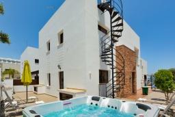 Вид на виллу/дом снаружи. Кипр, Санрайз Протарас : Потрясающая вилла с видом на Средиземное море, с 5-ю спальнями, джакузи, сауной, патио и барбекю, расположена около пляжа Fig Tree Bay