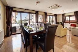 Обеденная зона. Кипр, Санрайз Протарас : Восхитительная вилла с 5-ю спальнями, 4-мя ванными комнатами, с джакузи, сауной, патио и барбекю, расположена в 100 метрах от моря