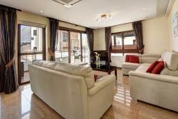 Гостиная. Кипр, Санрайз Протарас : Восхитительная вилла с 5-ю спальнями, 4-мя ванными комнатами, с джакузи, сауной, патио и барбекю, расположена в 100 метрах от моря