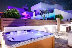 Развлечения и отдых на вилле. Кипр, Санрайз Протарас : Восхитительная вилла с 5-ю спальнями, 4-мя ванными комнатами, с джакузи, сауной, патио и барбекю, расположена в 100 метрах от моря
