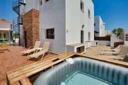 Фасад дома. Кипр, Санрайз Протарас : Роскошная вилла с джакузи в 100 метрах от пляжа, 5 спален, 4 ванные комнаты, сауна, барбекю, парковка, Wi-Fi