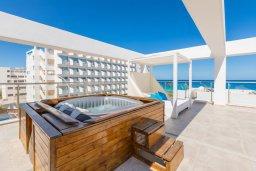 Терраса. Кипр, Фиг Три Бэй Протарас : Современный пентхаус с видом на Средиземное море, с 3-мя спальнями, большой террасой с джакузи, lounge-зоной и уличным баром, расположен около пляжа Fig Tree Bay