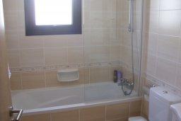 Ванная комната. Кипр, Каппарис : Апартамент с гостиной, тремя спальнями, двумя ванными комнатами и балконом, в комплексе с общим бассейном, Spa-центром и тренажерным залом