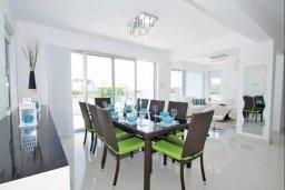 Обеденная зона. Кипр, Нисси Бич : Современная вилла с 4-мя спальнями, с бассейном, зелёной территорией и патио, расположена в 200 метрах от пляжа