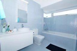 Ванная комната. Кипр, Нисси Бич : Современная вилла с 4-мя спальнями, с бассейном, зелёной территорией и патио, расположена в 200 метрах от пляжа