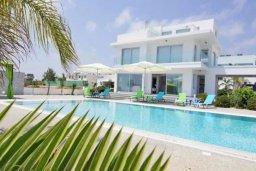 Фасад дома. Кипр, Нисси Бич : Современная вилла с 4-мя спальнями, с бассейном, зелёной территорией и патио, расположена в 200 метрах от пляжа