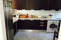Кухня. Кипр, Айос Тихонас Лимассол : Прекрасная вилла с бассейном и зеленым двориком, 3 спальни, 3 ванные комнаты, барбекю, парковка, Wi-FI