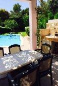 Обеденная зона. Кипр, Айос Тихонас Лимассол : Прекрасная вилла с бассейном и зеленым двориком, 3 спальни, 3 ванные комнаты, барбекю, парковка, Wi-FI