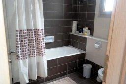 Ванная комната. Кипр, Айос Тихонас Лимассол : Прекрасная вилла с бассейном и зеленым двориком, 3 спальни, 3 ванные комнаты, барбекю, парковка, Wi-FI