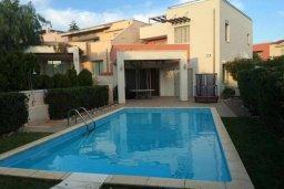 Фасад дома. Кипр, Айос Тихонас Лимассол : Прекрасная вилла с бассейном и зеленым двориком, 3 спальни, 3 ванные комнаты, барбекю, парковка, Wi-FI