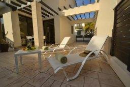 Зона отдыха у бассейна. Кипр, Каппарис : Уютная вилла с 2-мя спальнями, с бассейном и тенистой террасой с патио, расположена в 280 метрах от пляжа Firemans Beach
