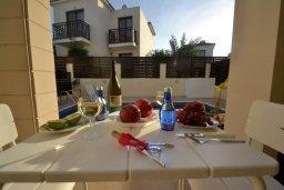 Обеденная зона. Кипр, Каппарис : Уютная вилла с 2-мя спальнями, с бассейном и тенистой террасой с патио, расположена в 280 метрах от пляжа Firemans Beach