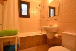 Ванная комната. Кипр, Каппарис : Уютная вилла с 2-мя спальнями, с бассейном и тенистой террасой с патио, расположена в 280 метрах от пляжа Firemans Beach