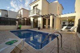Фасад дома. Кипр, Каппарис : Уютная вилла с 2-мя спальнями, с бассейном и тенистой террасой с патио, расположена в 280 метрах от пляжа Firemans Beach