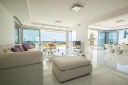 Гостиная. Кипр, Сиренс Бич - Айя Текла : Роскошная вилла на побережье, с 5-ю спальнями, с бассейном, солнечной террасой, барбекю и садом на крыше с захватывающим видом на Средиземное море