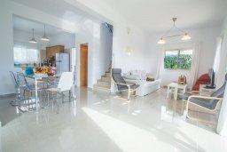 Гостиная. Кипр, Ионион - Айя Текла : Великолепная вилла с 3-мя спальнями, с зеленым двориком, бассейном и уютным патио, расположена в 300 метрах от пляжа Thalassines private Beach