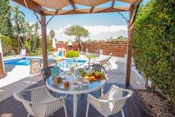 Терраса. Кипр, Ионион - Айя Текла : Великолепная вилла с 3-мя спальнями, с зеленым двориком, бассейном и уютным патио, расположена в 300 метрах от пляжа Thalassines private Beach