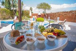 Обеденная зона. Кипр, Ионион - Айя Текла : Великолепная вилла с 3-мя спальнями, с зеленым двориком, бассейном и уютным патио, расположена в 300 метрах от пляжа Thalassines private Beach