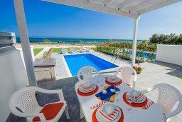 Обеденная зона. Кипр, Ионион - Айя Текла : Превосходная вилла на берегу моря с 3-мя спальнями, с бассейном, с террасой и потрясающим видом на море
