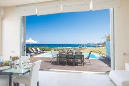 Гостиная. Кипр, Фиг Три Бэй Протарас : Комплекс из 2-х вилл с шикарным видом на Средиземное море, с 9-ю спальнями, 10-ю ванными комнатами, с 2-мя бассейнами, зелёным садом, патио и барбекю, расположен в 400 метрах от пляжа Fig Tree Bay