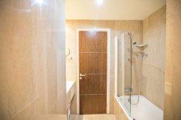 Ванная комната 2. Кипр, Фиг Три Бэй Протарас : Комплекс из 2-х вилл с шикарным видом на Средиземное море, с 9-ю спальнями, 10-ю ванными комнатами, с 2-мя бассейнами, зелёным садом, патио и барбекю, расположен в 400 метрах от пляжа Fig Tree Bay