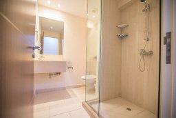 Ванная комната. Кипр, Фиг Три Бэй Протарас : Комплекс из 2-х вилл с шикарным видом на Средиземное море, с 9-ю спальнями, 10-ю ванными комнатами, с 2-мя бассейнами, зелёным садом, патио и барбекю, расположен в 400 метрах от пляжа Fig Tree Bay