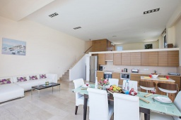 Кухня. Кипр, Фиг Три Бэй Протарас : Комплекс из 2-х вилл с шикарным видом на Средиземное море, с 9-ю спальнями, 10-ю ванными комнатами, с 2-мя бассейнами, зелёным садом, патио и барбекю, расположен в 400 метрах от пляжа Fig Tree Bay