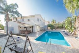 Вид на виллу/дом снаружи. Кипр, Сиренс Бич - Айя Текла : Прекрасная вилла с видом на море, с 4-мя спальнями, с бассейном, тенистой террасой с патио, барбекю и уличным баром, расположена в 300 метрах от пляжа Sirens Beach