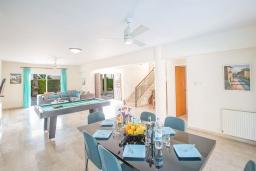 Гостиная. Кипр, Сиренс Бич - Айя Текла : Прекрасная вилла с видом на море, с 4-мя спальнями, с бассейном, тенистой террасой с патио, барбекю и уличным баром, расположена в 300 метрах от пляжа Sirens Beach