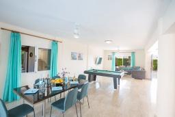 Обеденная зона. Кипр, Сиренс Бич - Айя Текла : Прекрасная вилла с видом на море, с 4-мя спальнями, с бассейном, тенистой террасой с патио, барбекю и уличным баром, расположена в 300 метрах от пляжа Sirens Beach
