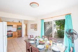 Кухня. Кипр, Сиренс Бич - Айя Текла : Прекрасная вилла с видом на море, с 4-мя спальнями, с бассейном, тенистой террасой с патио, барбекю и уличным баром, расположена в 300 метрах от пляжа Sirens Beach