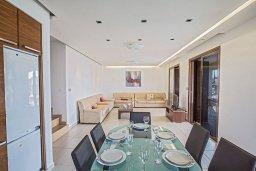 Обеденная зона. Кипр, Нисси Бич : Современная вилла с бассейном и зеленым двориком, 3 спальни, 2 ванные комнаты, барбекю, парковка, Wi-Fi