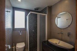 Ванная комната. Кипр, Нисси Бич : Современная вилла с бассейном и зеленым двориком, 3 спальни, 2 ванные комнаты, барбекю, парковка, Wi-Fi