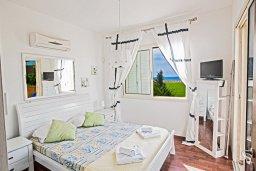 Спальня. Кипр, Сиренс Бич - Айя Текла : Роскошная вилла с потрясающим видом на море, с 3-мя спальнями, с бассейном, в окружение пышного сада, с патио и барбекю