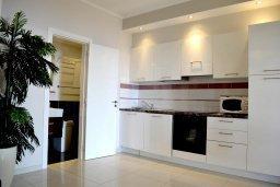 Кухня. Кипр, Гермасойя Лимассол : Апартамент в 50 метрах от пляжа, с гостиной, отдельной спальней и террасой с видом на море