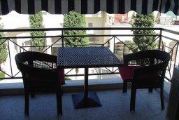 Балкон. Кипр, Гермасойя Лимассол : Премьер апартамент в 50 метрах от пляжа, с гостиной, двумя спальнями и балконом с видом на сад