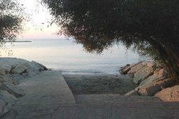 Ближайший пляж. Кипр, Гермасойя Лимассол : Премьер апартамент в 50 метрах от пляжа, с гостиной, двумя спальнями и балконом с видом на сад