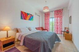 Спальня. Кипр, Декелия - Ороклини : Апартамент с гостиной, отдельной спальней и балконом с видом на море