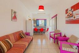 Гостиная. Кипр, Декелия - Ороклини : Апартамент с гостиной, отдельной спальней и балконом с видом на море