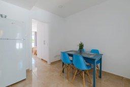 Обеденная зона. Кипр, Декелия - Ороклини : Апартамент с гостиной, двумя спальнями, двумя ванными комнатами и террасой