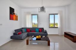 Гостиная. Кипр, Си Кейвз : Совершенно новая вилла с 4-мя спальнями, с бассейном, настольным теннисом и барбекю, расположена в престижном и эксклюзивном районе Sea Caves