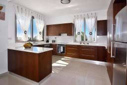 Кухня. Кипр, Си Кейвз : Совершенно новая вилла с 4-мя спальнями, с бассейном, настольным теннисом и барбекю, расположена в престижном и эксклюзивном районе Sea Caves