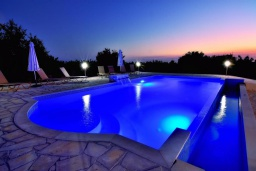 Бассейн. Кипр, Си Кейвз : Совершенно новая вилла с 4-мя спальнями, с бассейном, настольным теннисом и барбекю, расположена в престижном и эксклюзивном районе Sea Caves
