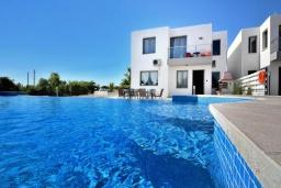 Вид на виллу/дом снаружи. Кипр, Си Кейвз : Совершенно новая вилла с 4-мя спальнями, с бассейном, настольным теннисом и барбекю, расположена в престижном и эксклюзивном районе Sea Caves