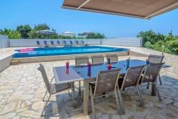Терраса. Кипр, Си Кейвз : Совершенно новая вилла с 4-мя спальнями, с бассейном, настольным теннисом и барбекю, расположена в престижном и эксклюзивном районе Sea Caves