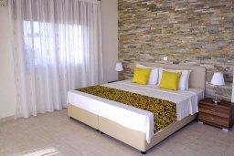 Спальня. Кипр, Си Кейвз : Роскошная вилла класса люкс, с 5-ю спальнями, с бассейном, зелённым двориком, барбекю и винным погребом