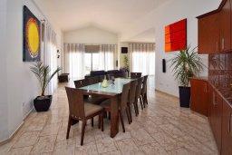 Обеденная зона. Кипр, Си Кейвз : Роскошная вилла класса люкс, с 5-ю спальнями, с бассейном, зелённым двориком, барбекю и винным погребом